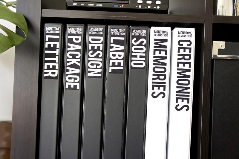 モノトーンなブック型ケースに自作のラベルを貼ってみた