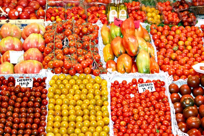 スペインの市場にあった色んなトマト