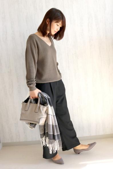 ニット/Andemiu パンツ/ユニクロ ストール/reca(ホワイト×ブラックのウール混) 靴/アウトレットシューズ(グレー) バッグ/HIROFU